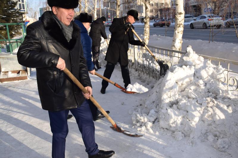 Акмолинские полицейские помогли очистить от снега территорию школы-интерната