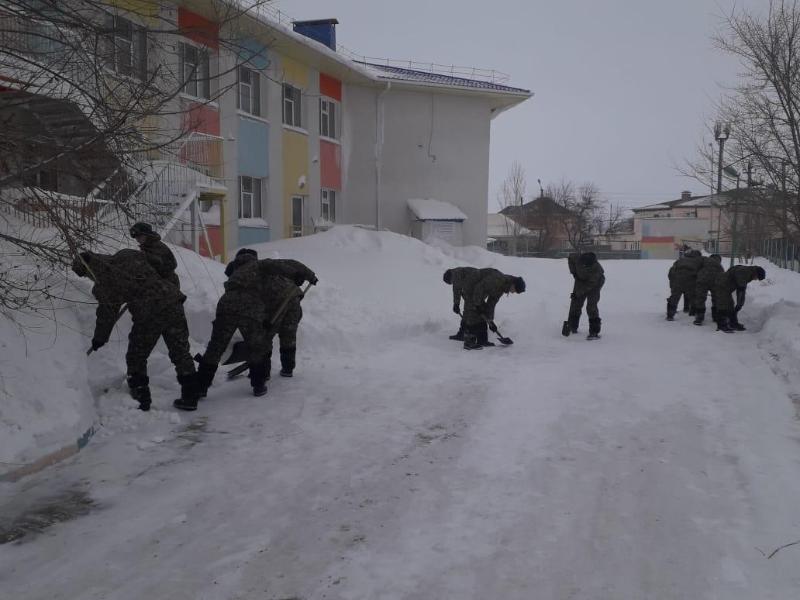 Более 100 военнослужащих Нацгвардии помогают в уборке снегав Нур-Султане и ВКО