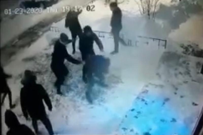 Нұр-Сұлтанда тұрғын үйдің ауласында екі адамды пышақтап кетті
