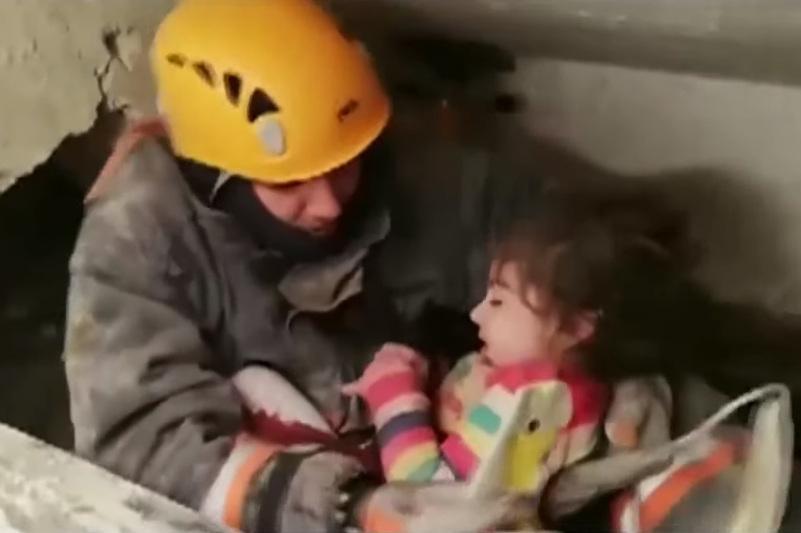 Двухлетнюю девочку спасли спустя сутки из-под завалов в Турции