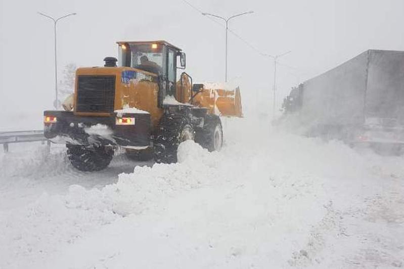 Более 2400 авто вызволили дорожники из снежного плена за трое суток