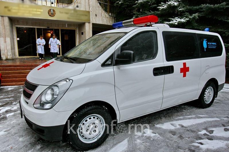 Пациента на руках два километра несли работники скорой помощи в Павлодарской области