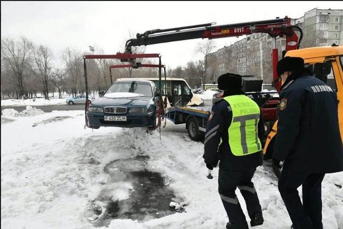 Мешающие очистке снега автомобили эвакуируют с улиц Усть-Каменогорска