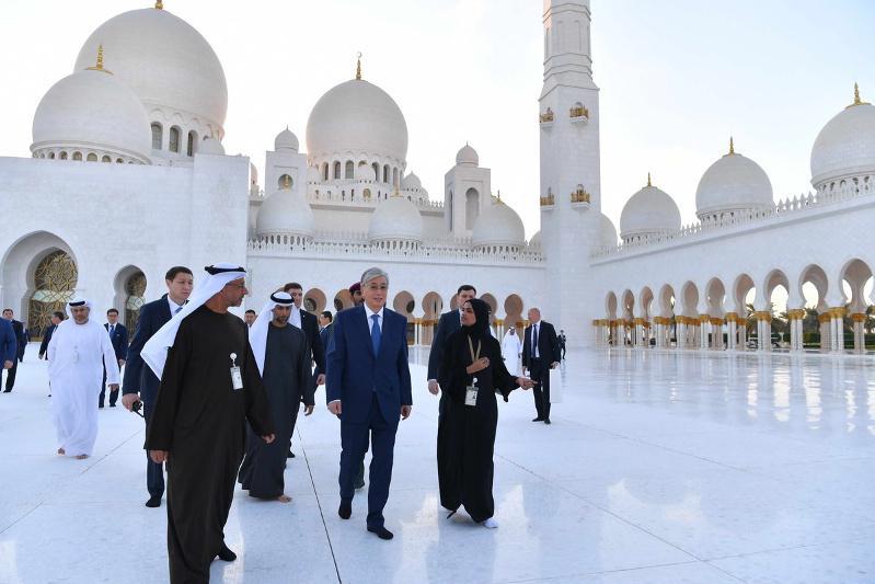 托卡耶夫总统参观阿布扎比谢赫扎耶德清真寺