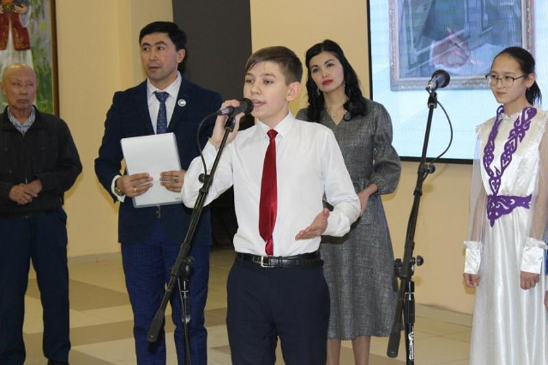 7-сынып оқушысы Кирилл Свиридов Абайдың 30 өлеңін жатқа біледі
