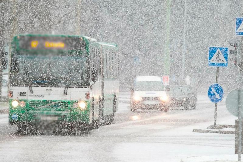 Движение нескольких городских автобусов приостановлено из-за сильной метели в Караганде