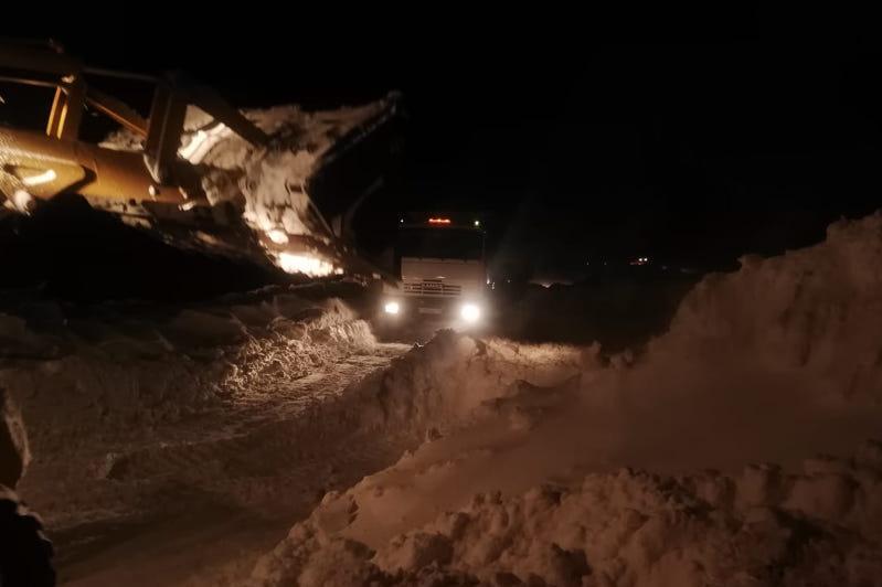 Застрявший в непогодугрузовик перекрыл трассу в ВКО