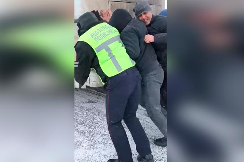 Ақтөбелік полицейлер қар құрсауында қалған 8 шетелдік автобус жолаушысына көмектесті