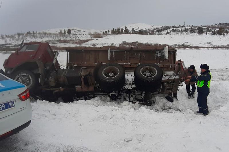 Большегруз опрокинулся в Восточном Казахстане