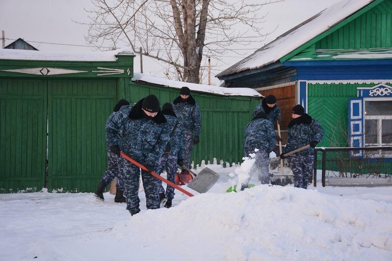 Дворы пожилых людей очищают от снега полицейские СКО