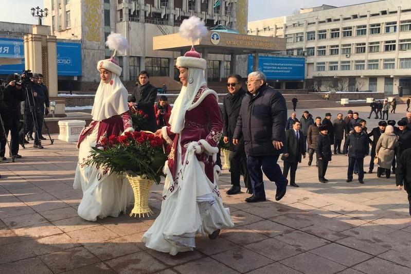 Алматыдағы әл-Фараби ескерткішіне гүл шоқтары қойылды