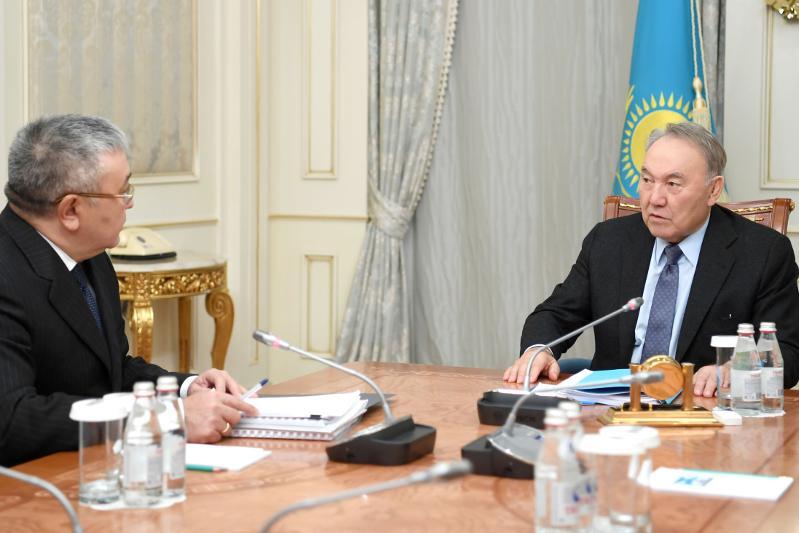 纳扎尔巴耶夫接见最高法院理事会主席多纳科夫