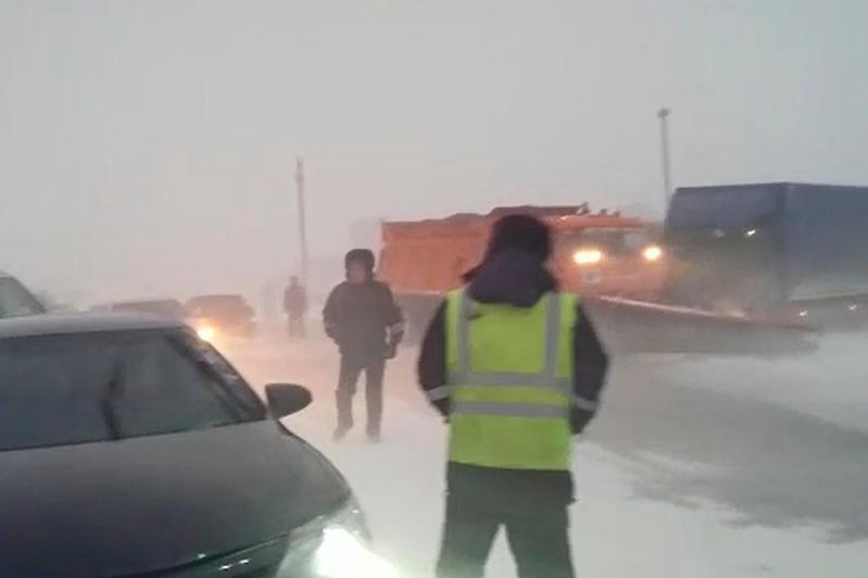 Машину с кыргызстанцами вызволили из снежных заносов в Актюбинской области