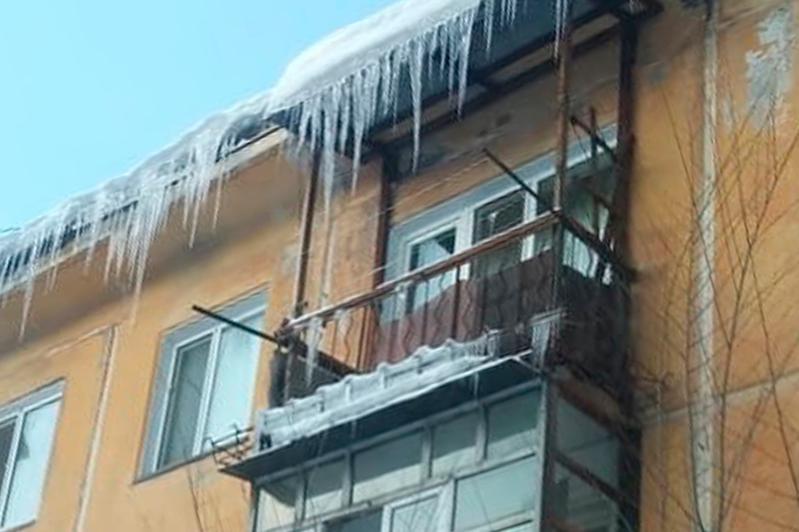 За сосульки на карнизах домов штрафуют в Павлодаре