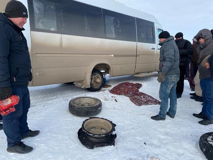 В сломанном автобусе в мороз: граждан Узбекистана спасли на трассе павлодарские полицейские