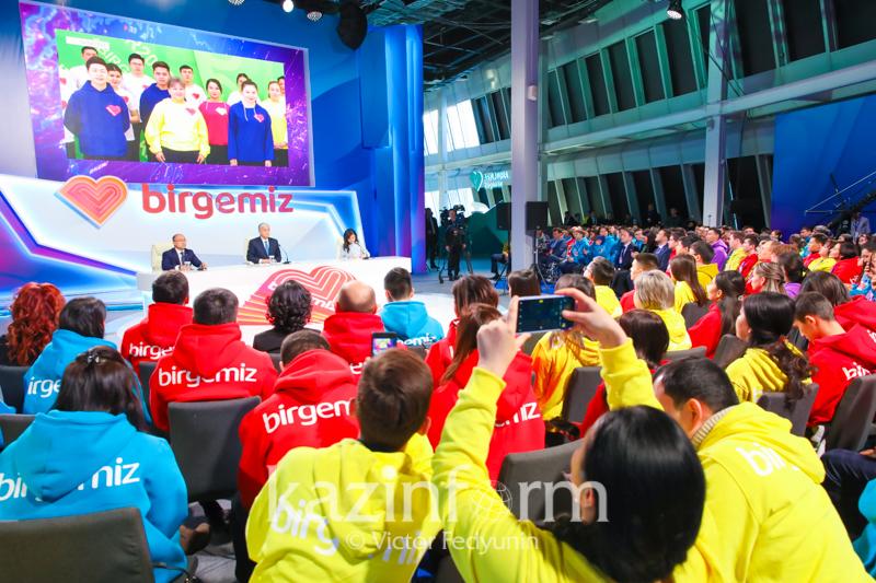 Президент елордадағы волонтерлер фронт-кеңсесінің ашылу салтанатына қатысуда