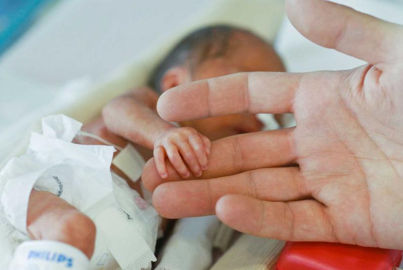 Казахстанские волонтеры помогают выживать недоношенным детям по всему миру
