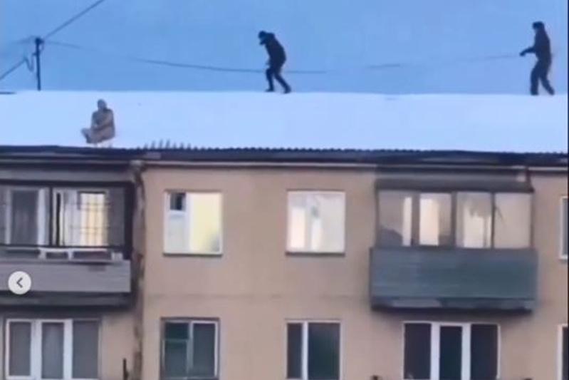 Голого мужчину с крыши сняли в Караганде