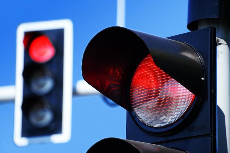 За проезд на «красный» придется заново сдавать экзамены водителю в СКО