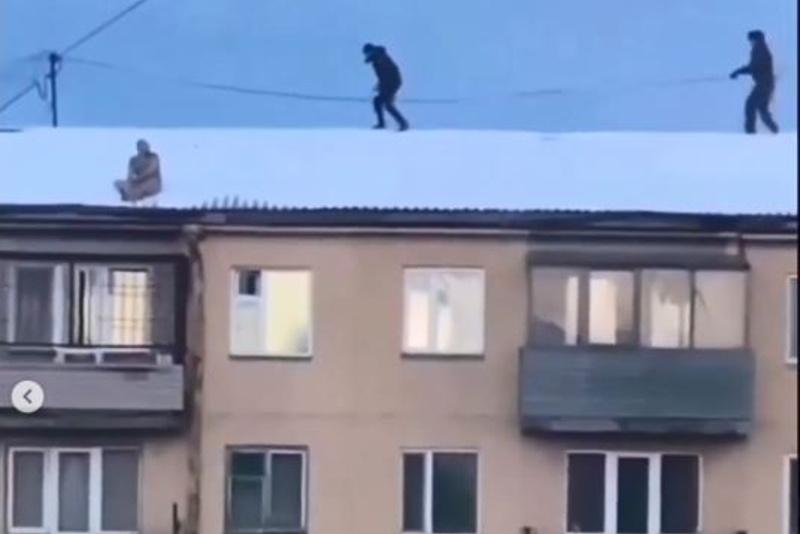 Қарағанды полицейлері үйдің шатырына шығып кеткен жалаңаш ер адамды түсірді