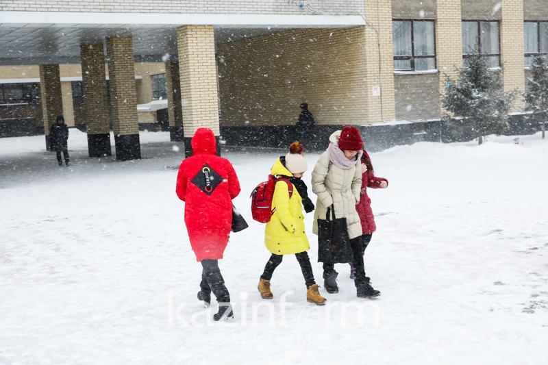 Из-за непогоды отменены занятия для учеников школ двух областей