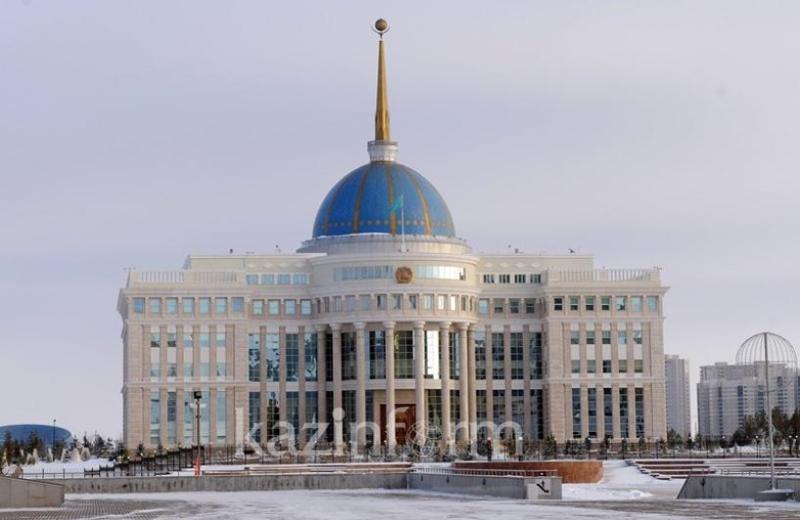 托卡耶夫总统接见央行行长多萨耶夫