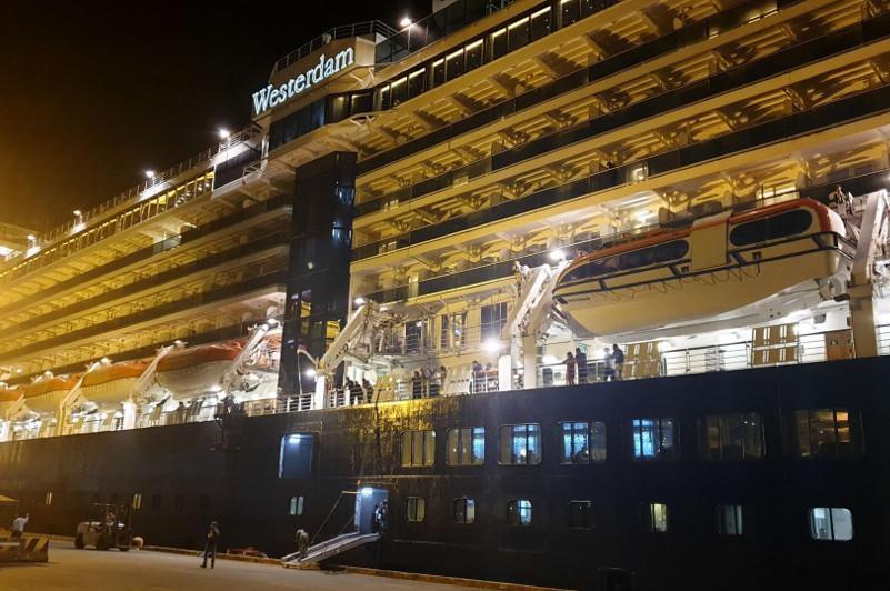 Камбоджа приняла круизный лайнер, которому ранее отказали пять стран из-за коронавируса