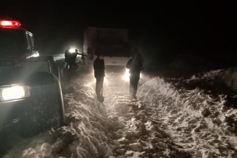 Несколько автомобилей вызволили из снежного плена в Костанайской области