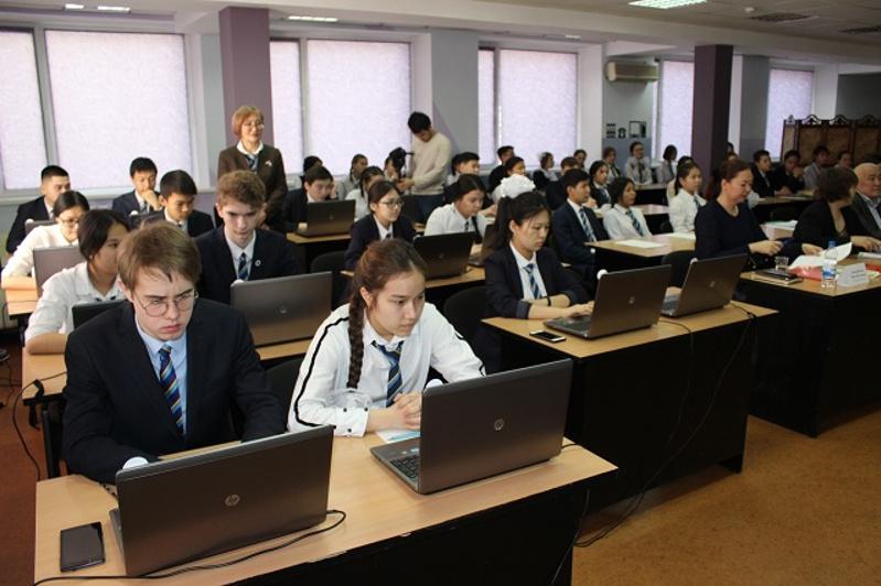 Павлодарлық оқушылар Абай өлеңдерін 9 тілде жатқа оқыды