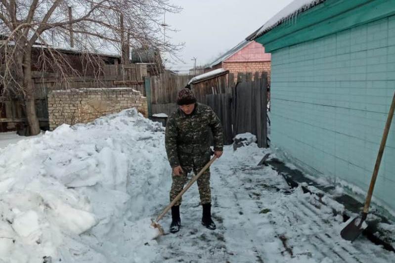Біз біргеміз:военнослужащие РгК «Восток» помогают ветеранам в очистке снега