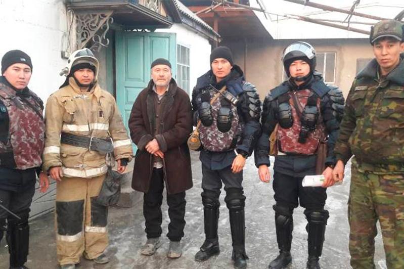 Жителей горящего дома спасли военнослужащие Нацгвардии в Жамбылской области