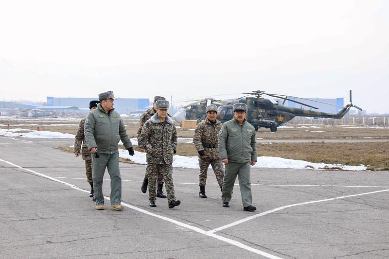 Қорғаныс министрі Талдықорған және Алматы гарнизондарына барды