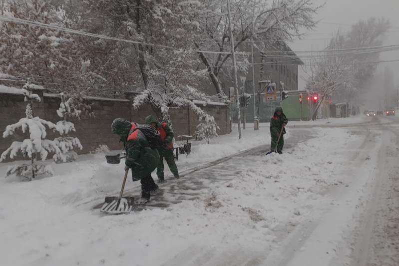 На смену теплой погоде в Алматы пришел снегопад