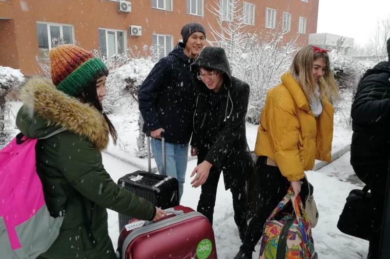 Прибывших из Китая казахстанцев после карантина выписали в Алматы