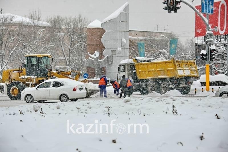 Almatyda trotýarlardy qardan tazartý jumystary baqylanady