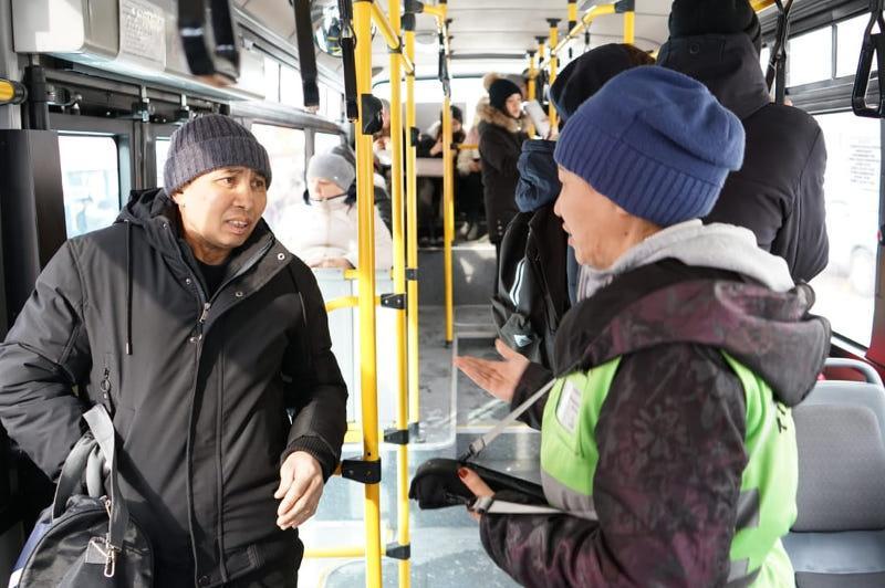 Студенты считают пассажиров в автобусах Семея