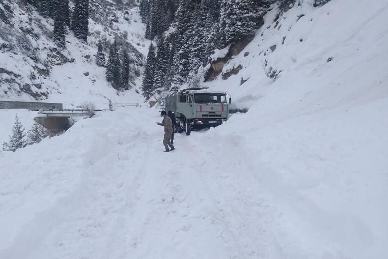 阿拉木图山区发生雪崩