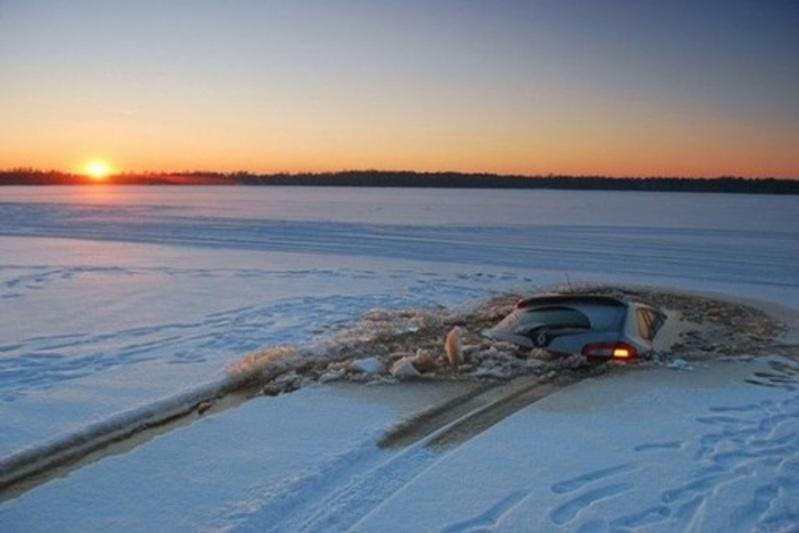 Два автомобиля провалились под лед в Восточно-Казахстанской области