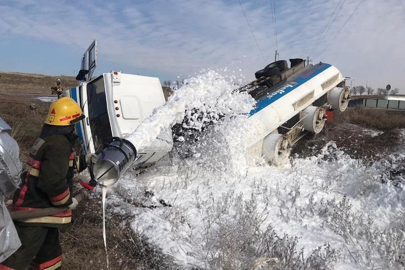 23-тонный бензовоз перевернулся в Шымкенте