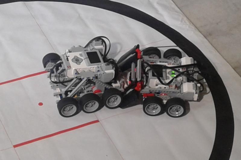 200 роботов бьются на чемпионате в Семее