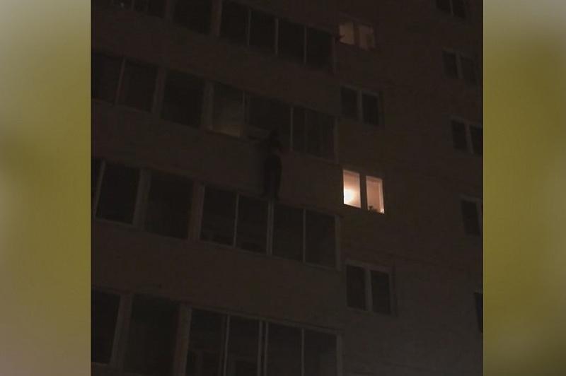 С четвертого этажа на третий через окна: рискуя жизнью, спас малышей полицейский в столице