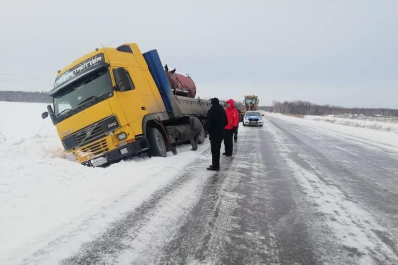 Фура слетела с дороги в Северном Казахстане