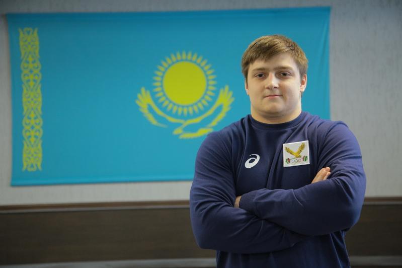 Ауыр атлет Артем Антропов Ташкентте жасөспірімдер арасында алтын алды
