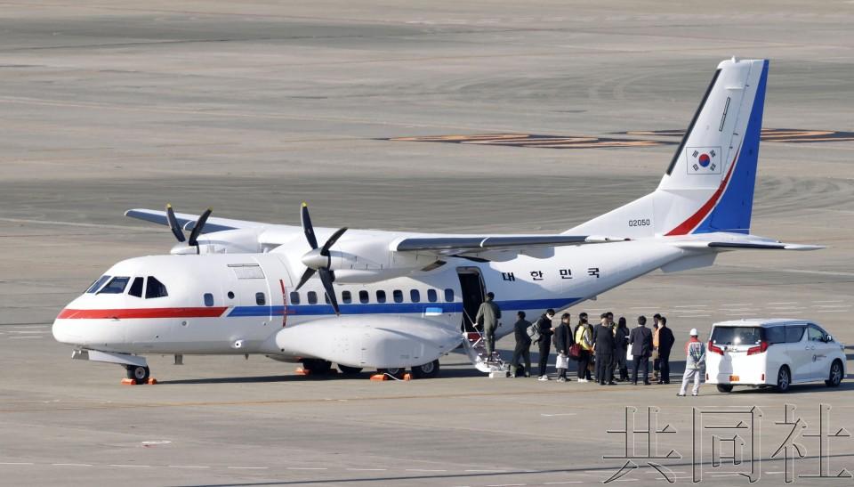 韩国游轮撤侨专机抵达东京羽田机场