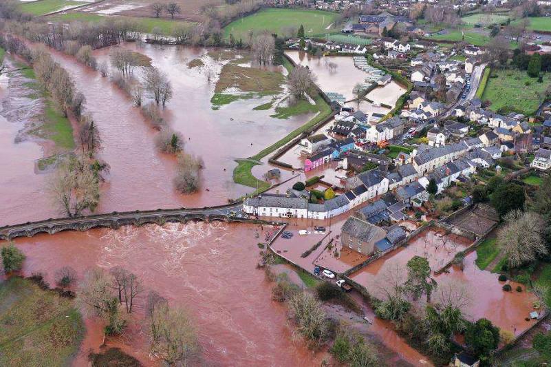 Разрушительные наводнения в Великобритании: шесть человек пострадали