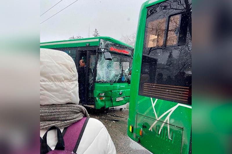 Almatyda úsh avtobýs soqtyǵysyp, 7 adam jaraqat aldy