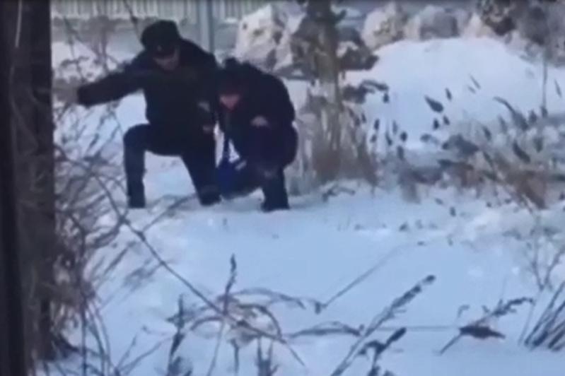 Теміртаулық полицейлер суға батып бара жатқан баланы құтқарып қалды