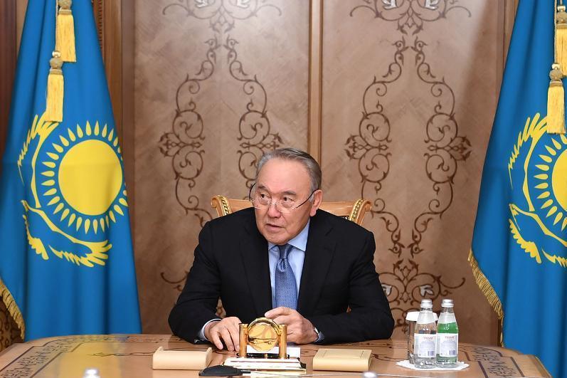 首任总统纳扎尔巴耶夫接见政府总理马明