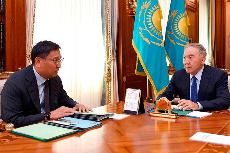 首任总统接见央行行长