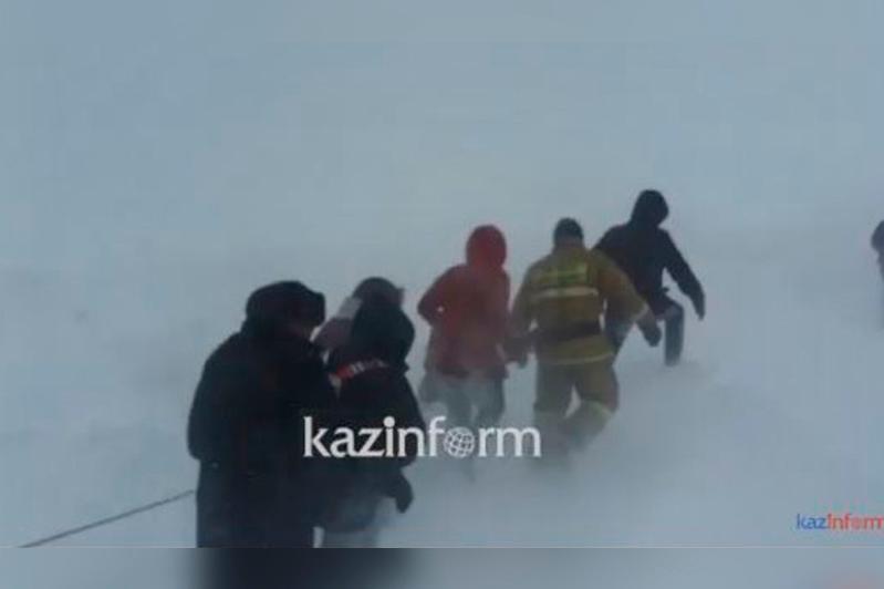 Ерейментау ауданында қар құрсауында қалған адамдар құтқару арқанымен эвакуацияланды